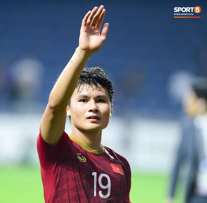 CĐV Việt Nam ở UAE bật khóc, chứng kiến các tuyển thủ đi không vững sau trận đấu với Nhật Bản - Ảnh 4.