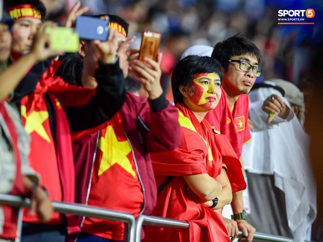 CĐV Việt Nam ở UAE bật khóc, chứng kiến các tuyển thủ đi không vững sau trận đấu với Nhật Bản - Ảnh 9.