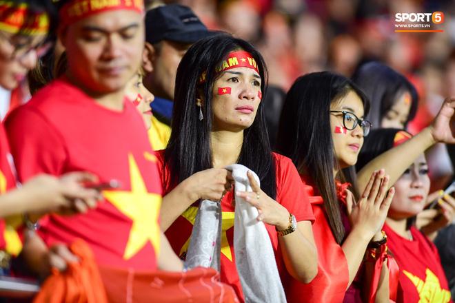 CĐV Việt Nam ở UAE bật khóc, chứng kiến các tuyển thủ đi không vững sau trận đấu với Nhật Bản - Ảnh 8.