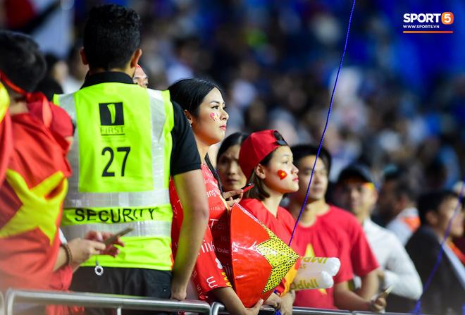 CĐV Việt Nam ở UAE bật khóc, chứng kiến các tuyển thủ đi không vững sau trận đấu với Nhật Bản - Ảnh 7.