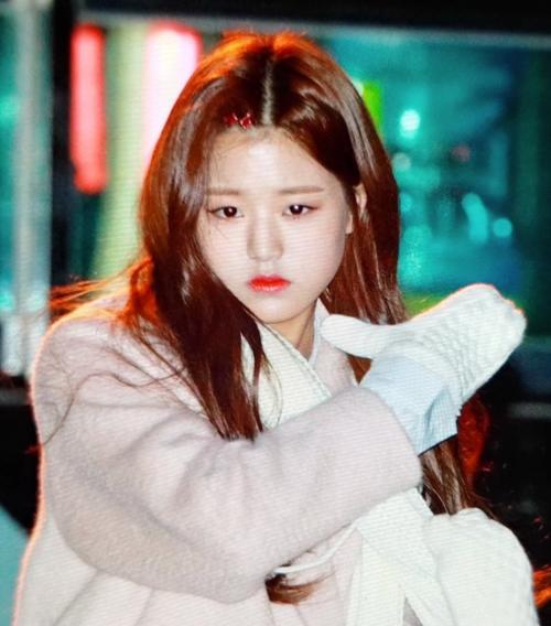Jang Won Young (IZONE) xuống sắc bất ngờ khi không được make up kĩ càng.