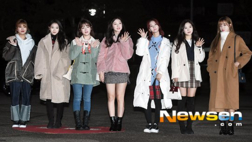 Oh My Girl có mặt đầy đủ đội hình 7 thành viên.