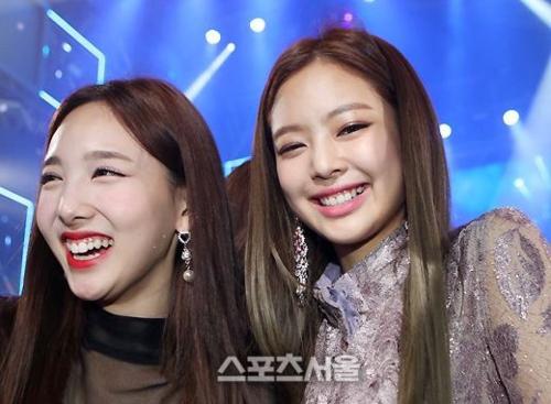 Tại Seoul Music Awards cách đó ít ngày, hai cô nàng cũng quấn quýt bên nhau,chụp ảnh thân thiết.