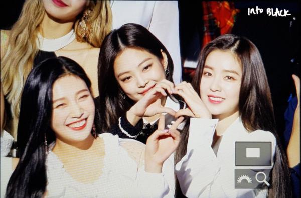 Jennie, Irene và Joy cùng xuất hiện trong một bức ảnh cận mặt.