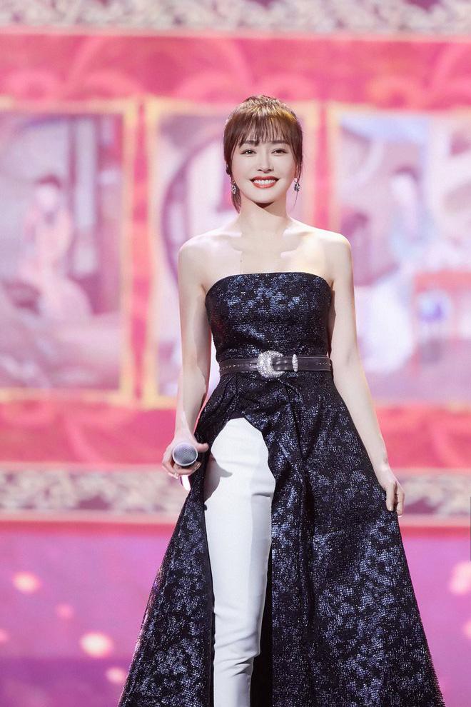 """Diện váy xẻ sâu cùng quần dài, """"nữ hoàng bảo thủ"""" Tần Lam lại khiến netizen bấn loạn: người khen kẻ chê - Ảnh 2."""
