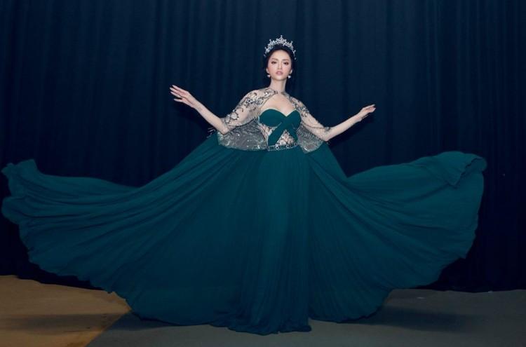 Nhại theo Hương Giang Idol cách pose dáng nữ thần, Hòa Minzy lập tức chiếm spotlight thảm đỏ-8