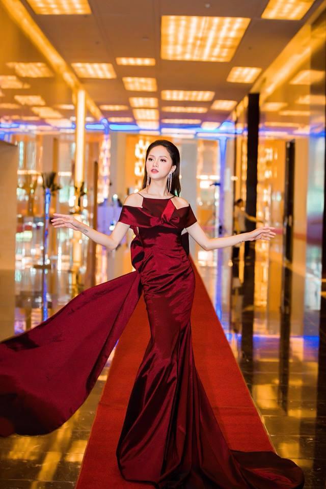 Nhại theo Hương Giang Idol cách pose dáng nữ thần, Hòa Minzy lập tức chiếm spotlight thảm đỏ-9