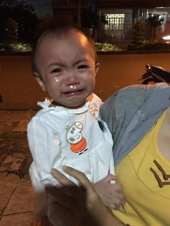 Bình Phước: Bé gái 14 tháng tuổi khóc thét khi bị mẹ bỏ rơi, kèm theo tờ giấy nhờ người khác nuôi hộ - Ảnh 1.