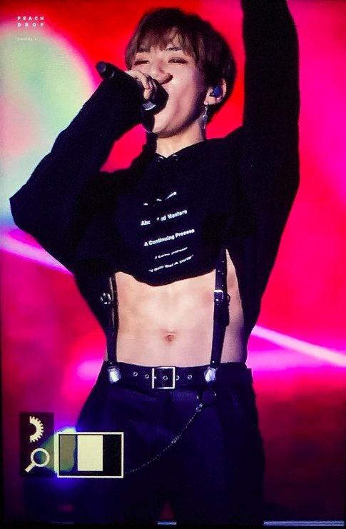 Kang Daniel cùng chiếc áo đang gây bão cộng đồng fan K-Pop.