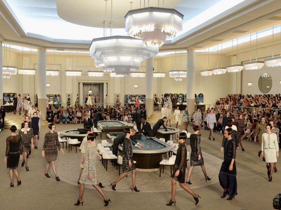 15 show diễn huyền thoại của Chanel dưới thời Karl Lagerfeld khiến giới mộ điệu thổn thức - Ảnh 22.
