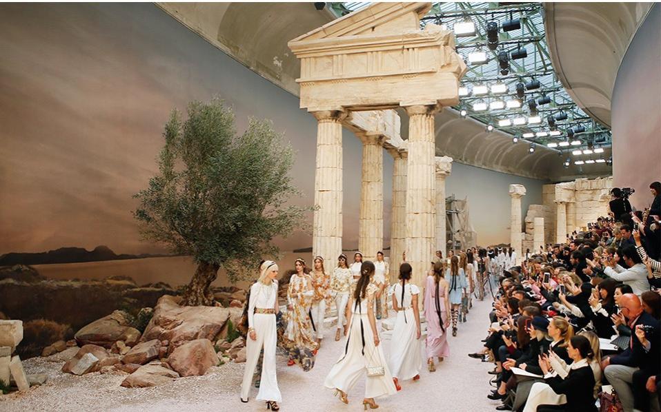 15 show diễn huyền thoại của Chanel dưới thời Karl Lagerfeld khiến giới mộ điệu thổn thức - Ảnh 11.