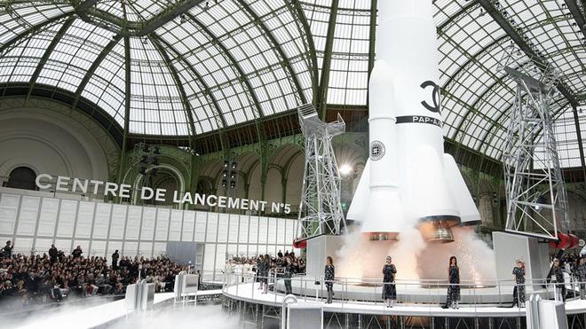 15 show diễn huyền thoại của Chanel dưới thời Karl Lagerfeld khiến giới mộ điệu thổn thức - Ảnh 15.