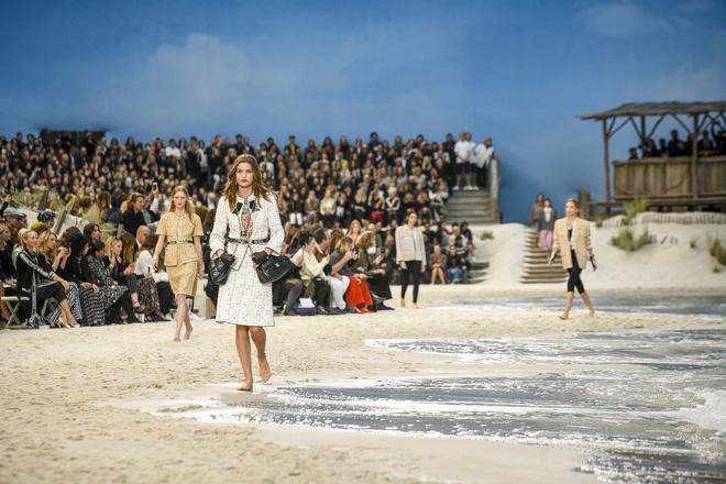 15 show diễn huyền thoại của Chanel dưới thời Karl Lagerfeld khiến giới mộ điệu thổn thức - Ảnh 5.