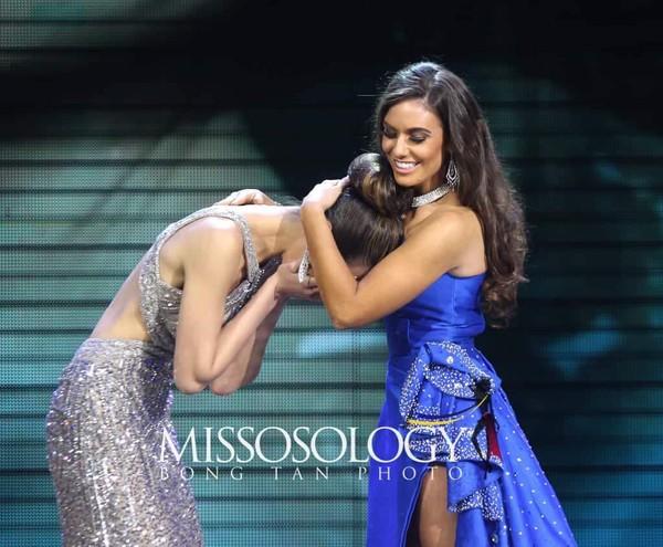 """Thế nhưng, thí sinh Canada bất ngờ được """"đôn lên"""" thành Á hậu 1. Mỹ nhân Hong Kong đăng quang."""