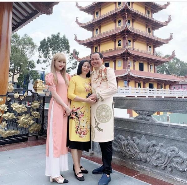 Sau những ngày đi du lịch cùng các chị em gái, Thiều Bảo Trâm nền nã diện áo dài, đưa ba mẹ đi lễ chùa. Bạn gái tin đồn của Sơn Tùng M-TP cùng ba mẹ cầu bình an, may mắn tại chùa Việt Nam Quốc tự tại TP.HCM.