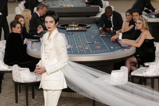15 show diễn huyền thoại của Chanel dưới thời Karl Lagerfeld khiến giới mộ điệu thổn thức - Ảnh 23.