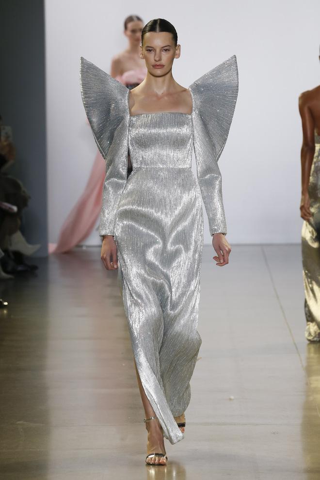 """Công Trí và """"Cuộc dạo chơi của những vì sao"""": Đẳng cấp chẳng kém bất kỳ nhà mốt nào tại New York Fashion Week! - Ảnh 3."""