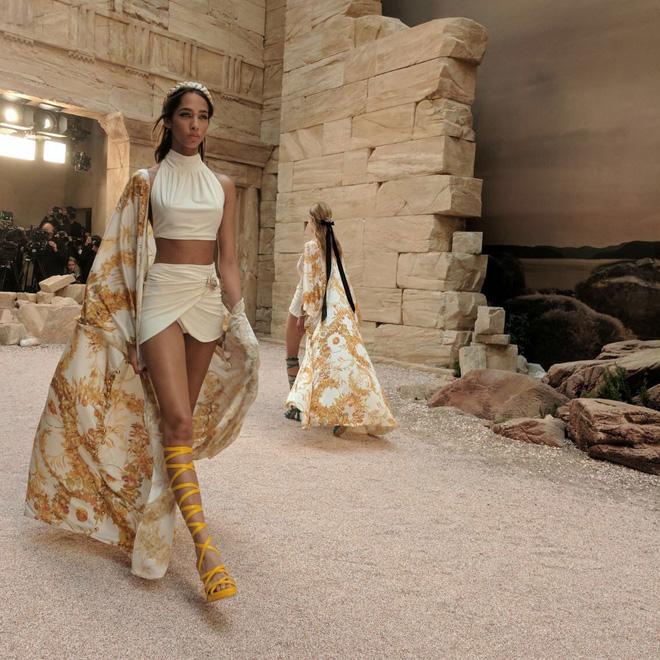 15 show diễn huyền thoại của Chanel dưới thời Karl Lagerfeld khiến giới mộ điệu thổn thức - Ảnh 12.