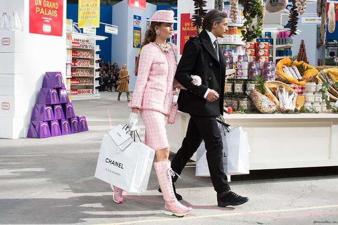 15 show diễn huyền thoại của Chanel dưới thời Karl Lagerfeld khiến giới mộ điệu thổn thức - Ảnh 27.