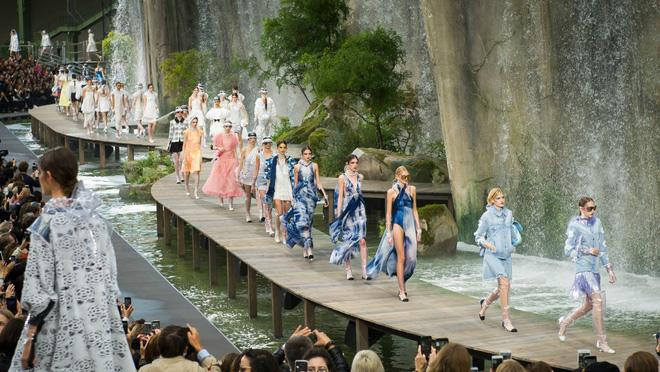 15 show diễn huyền thoại của Chanel dưới thời Karl Lagerfeld khiến giới mộ điệu thổn thức - Ảnh 10.