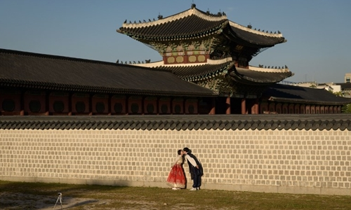 Một đôi vợ chồng Hàn Quốc chụp ảnh cưới tại cung điện Gyeongbokgung hôm 22/9/2018. Ảnh: AFP.