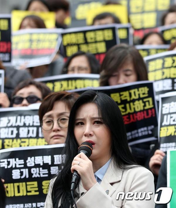 Yoon Ji Oh trong buổi họp báo hôm 15/3