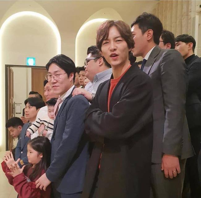 Song Joong Ki lần đầu xuất hiện sau thông tin ngoại tình với bạn diễn, cười tươi rạng rỡ nhưng gầy nhom 0