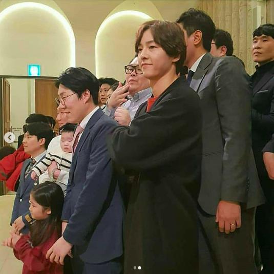 Song Joong Ki lần đầu xuất hiện sau thông tin ngoại tình với bạn diễn, cười tươi rạng rỡ nhưng gầy nhom 1