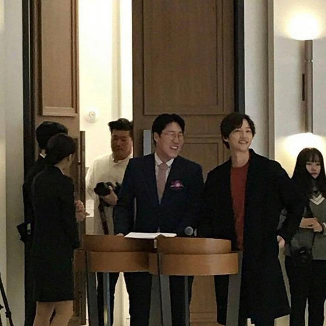 Song Joong Ki lần đầu xuất hiện sau thông tin ngoại tình với bạn diễn, cười tươi rạng rỡ nhưng gầy nhom 2