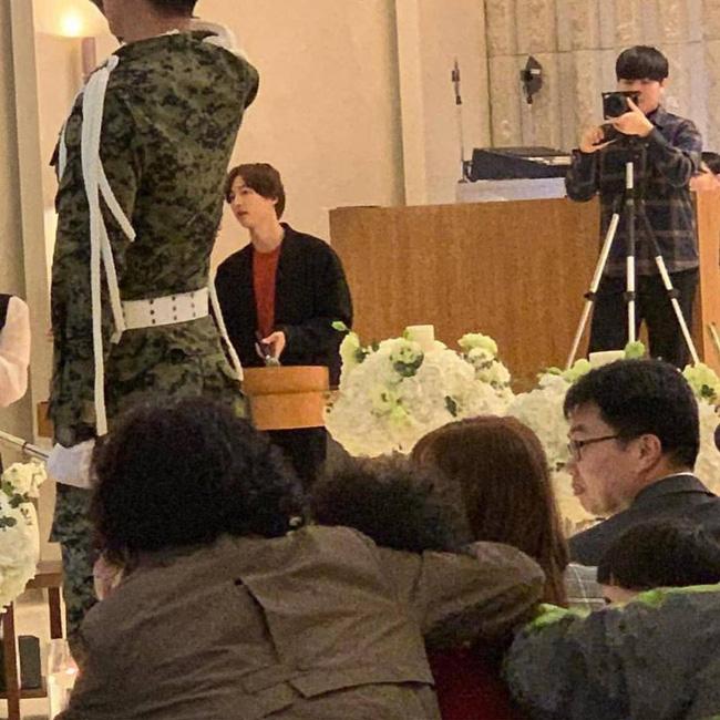 Song Joong Ki lần đầu xuất hiện sau thông tin ngoại tình với bạn diễn, cười tươi rạng rỡ nhưng gầy nhom 4