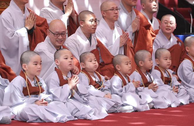 Loạt sắc thái đáng yêu hết nấc của các chú tiểu trong ngày xuống tóc đón lễ Phật Đản ở Hàn Quốc - Ảnh 14.