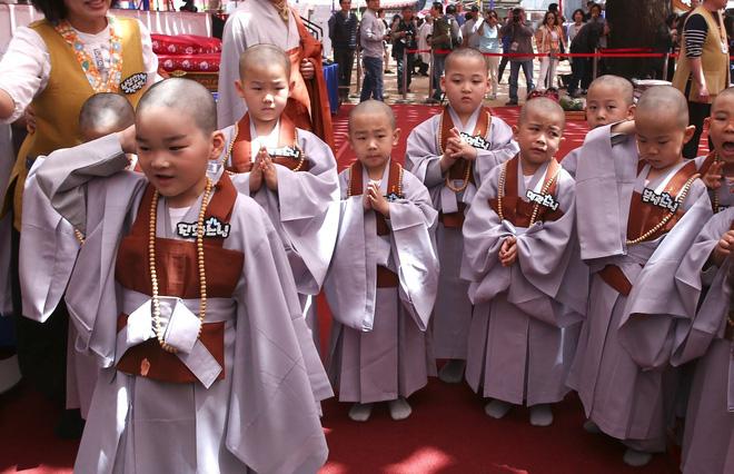 Loạt sắc thái đáng yêu hết nấc của các chú tiểu trong ngày xuống tóc đón lễ Phật Đản ở Hàn Quốc - Ảnh 16.