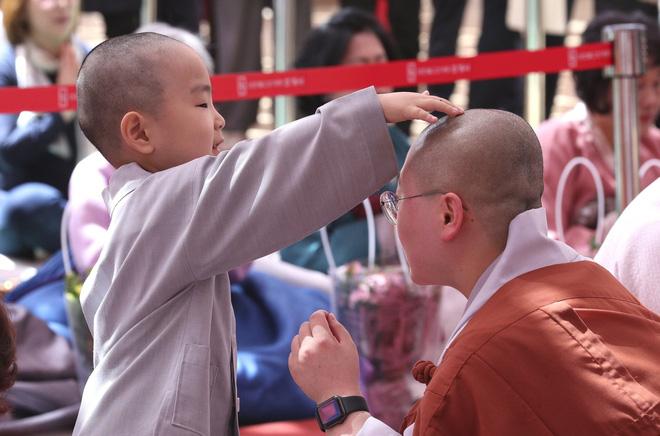 Loạt sắc thái đáng yêu hết nấc của các chú tiểu trong ngày xuống tóc đón lễ Phật Đản ở Hàn Quốc - Ảnh 8.
