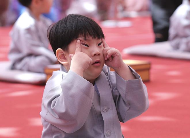 Loạt sắc thái đáng yêu hết nấc của các chú tiểu trong ngày xuống tóc đón lễ Phật Đản ở Hàn Quốc - Ảnh 3.