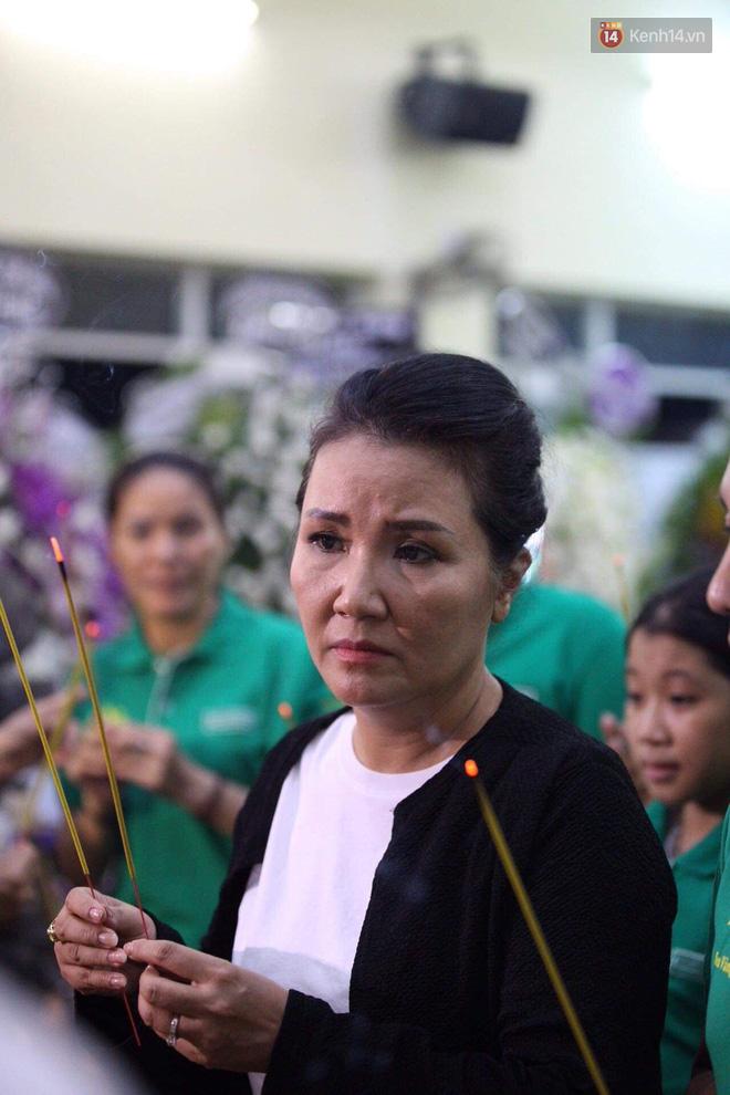 Đêm cuối cùng lễ tang, gia đình cố nghệ sĩ Lê Bình khui thùng phúng điếu quyên góp 100 triệu làm từ thiện - Ảnh 3.