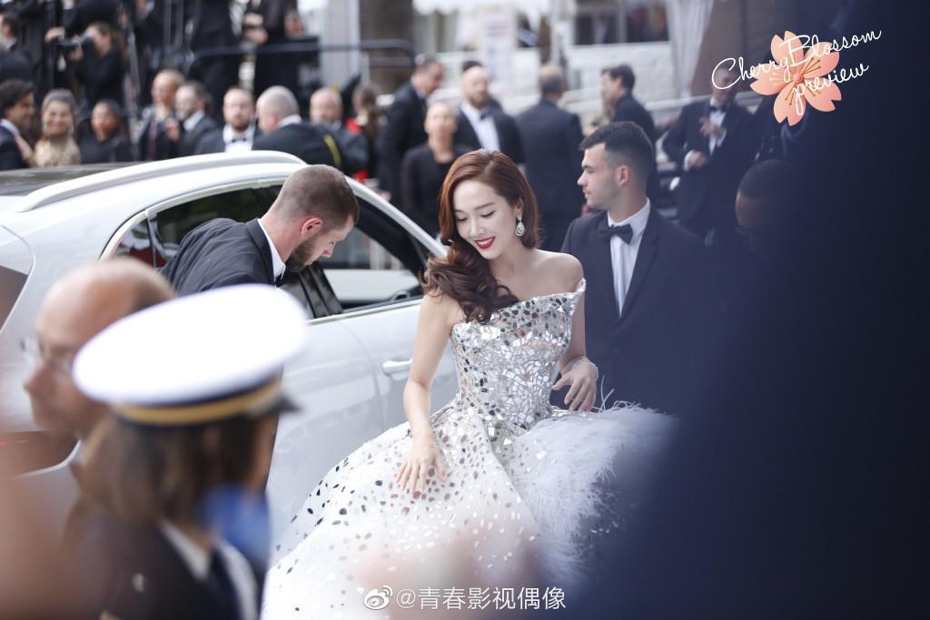 Màn xuất hiện gây mê, siêu sang chảnh không khác gì công chúa của Jessica Jung tại LHP Cannes - Ảnh 2.