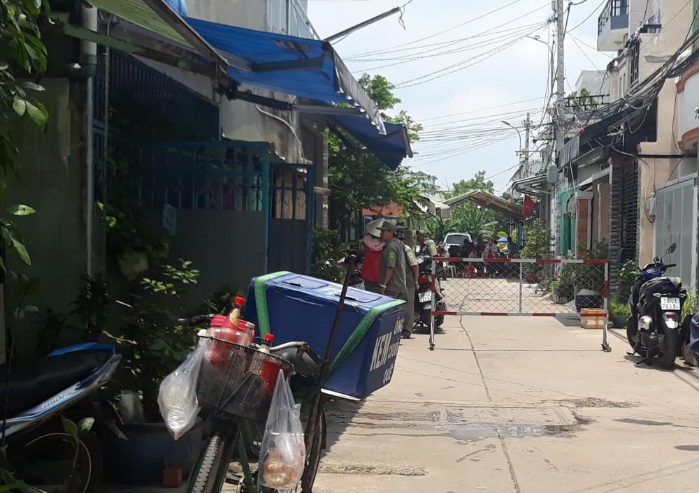 Vụ nghịch tử sát hại mẹ, bà ngoại và dì ở Sài Gòn: Tiếng khóc nghẹn bất lực của người cha trong đêm mưa - Ảnh 2.