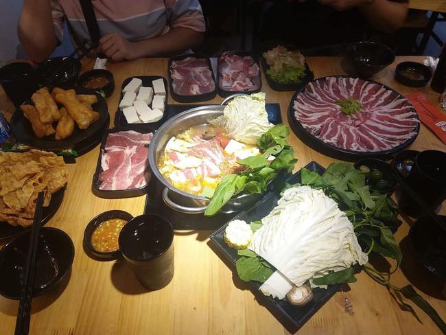 Đi ăn lẩu ở nhà hàng nổi tiếng Hà Nội, 4 cô gái trẻ bức xúc vì xin thìa ăn chè bị nhân viên bảo: Chị húp đi - Ảnh 3.