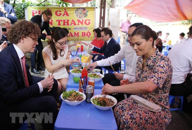 Công chúa kế vị Thụy Điển thưởng thức ẩm thực đường phố Hà Nội - Ảnh 1.