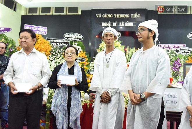 Đêm cuối cùng lễ tang, gia đình cố nghệ sĩ Lê Bình khui thùng phúng điếu quyên góp 100 triệu làm từ thiện - Ảnh 1.