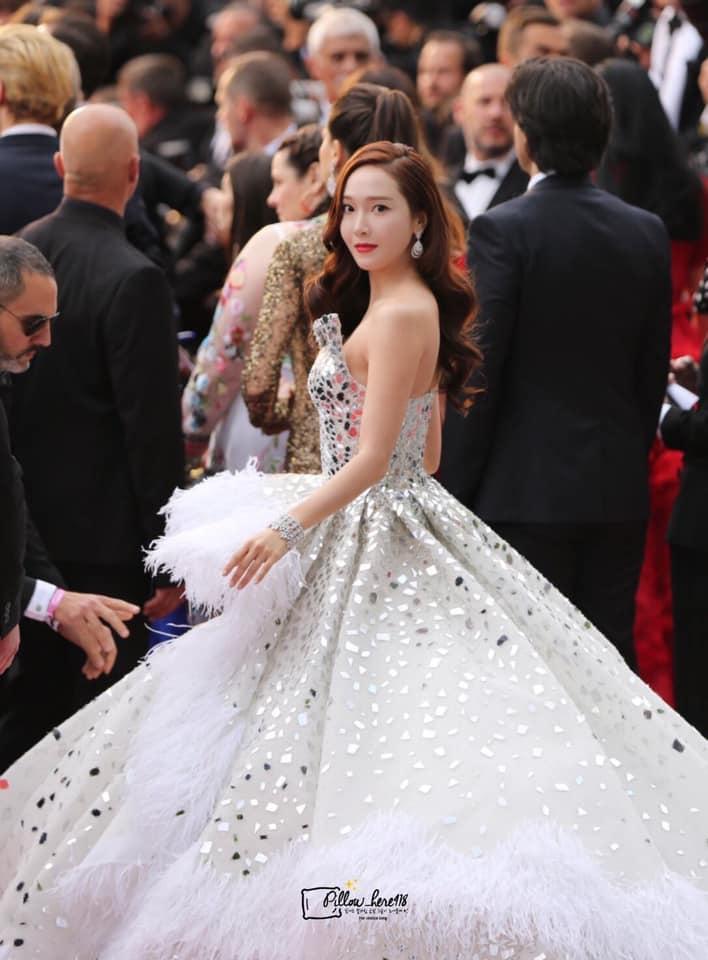 Jessica Jung mất điểm vì gương mặt bự phấn dù mặc đầm như một nàng công chúa trên thảm đỏ LHP Cannes 2019-3