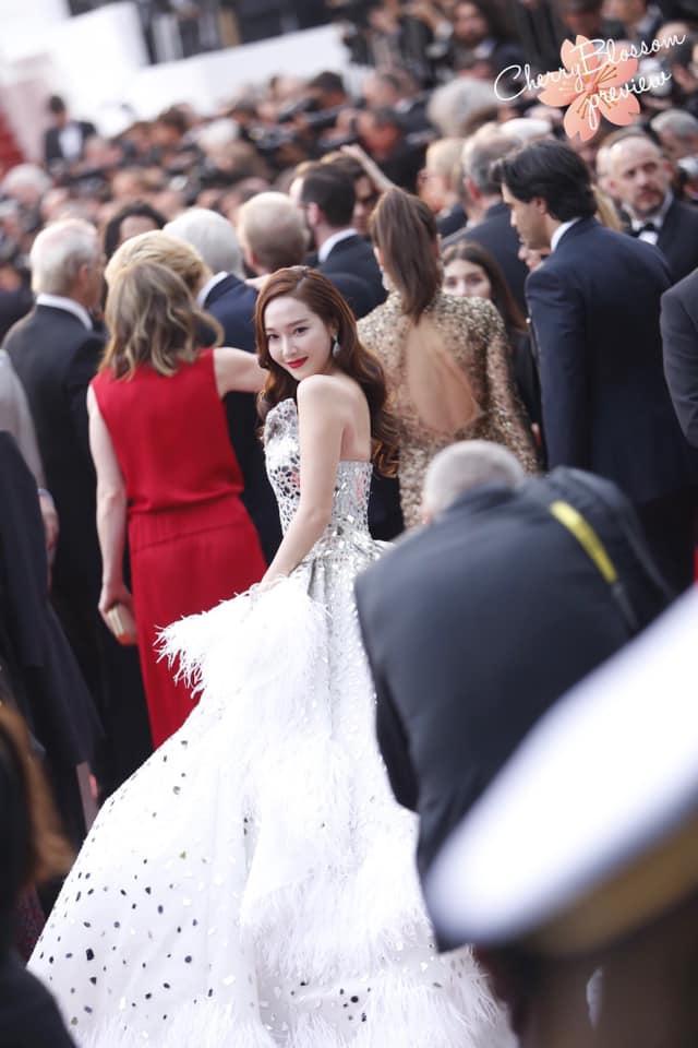Jessica Jung mất điểm vì gương mặt bự phấn dù mặc đầm như một nàng công chúa trên thảm đỏ LHP Cannes 2019-7