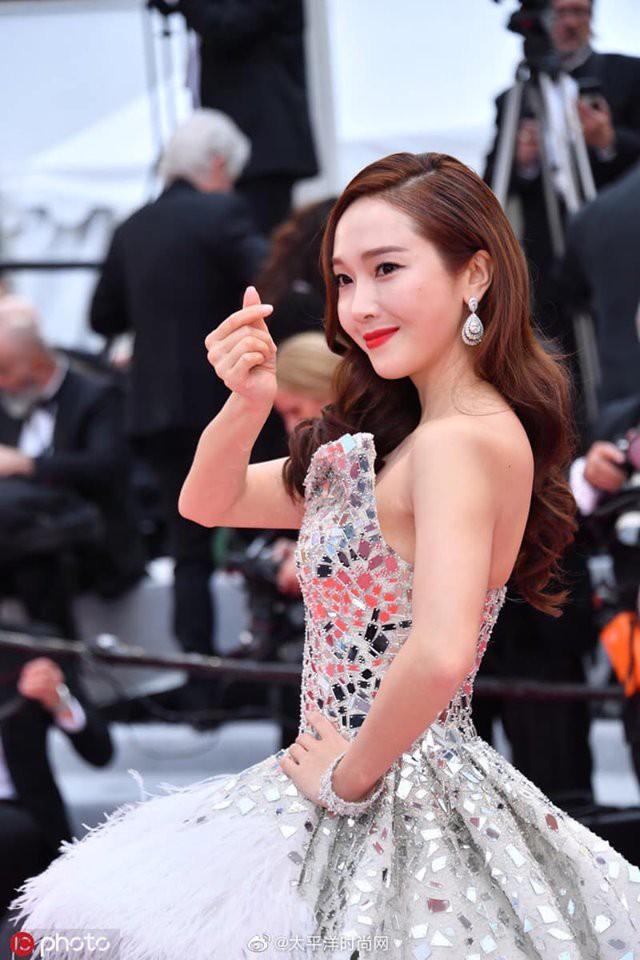 Jessica Jung mất điểm vì gương mặt bự phấn dù mặc đầm như một nàng công chúa trên thảm đỏ LHP Cannes 2019-5