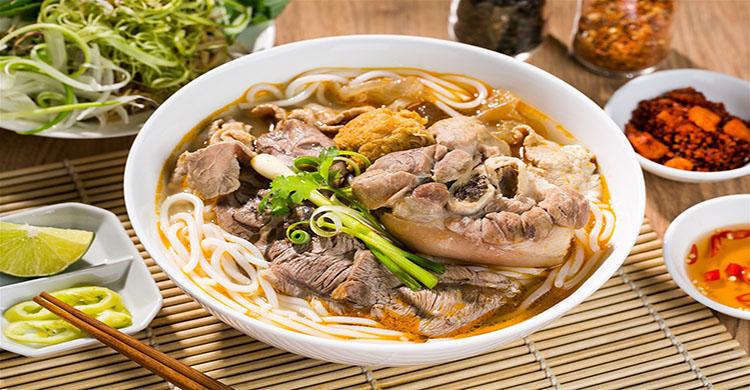 Món bún bò Huế tại quan Ngọc Dung