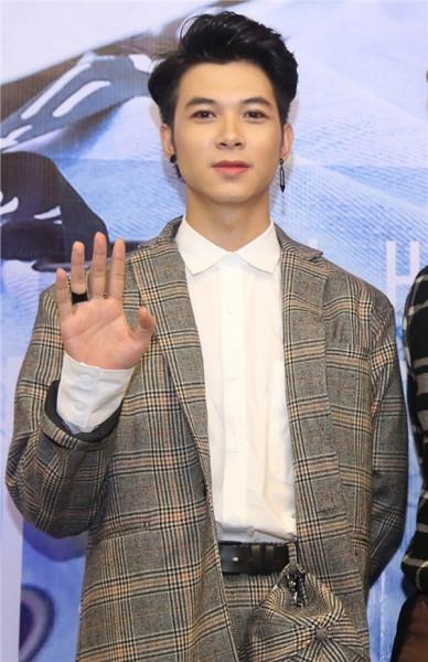 Anh Tú cover hit mới của Tóc Tiên, fan tinh ý nhận ra Diệu Nhi ở bên hỗ trợ
